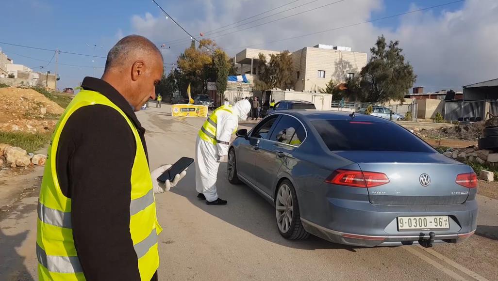 """حاجز لمتطوعين فلسطينيين في بلدة السموع قرب منطقة مصنفة """"ج"""" (الجزيرة)"""