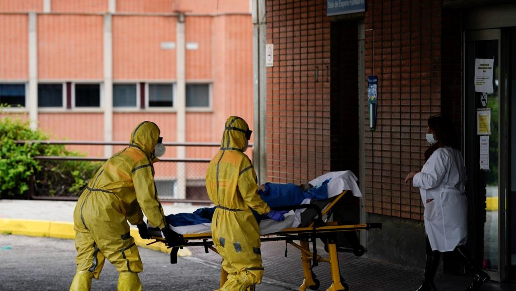 فيروس كورونا المستجد أودى بحياة 16972 شخصا في إسبانيا (رويترز)