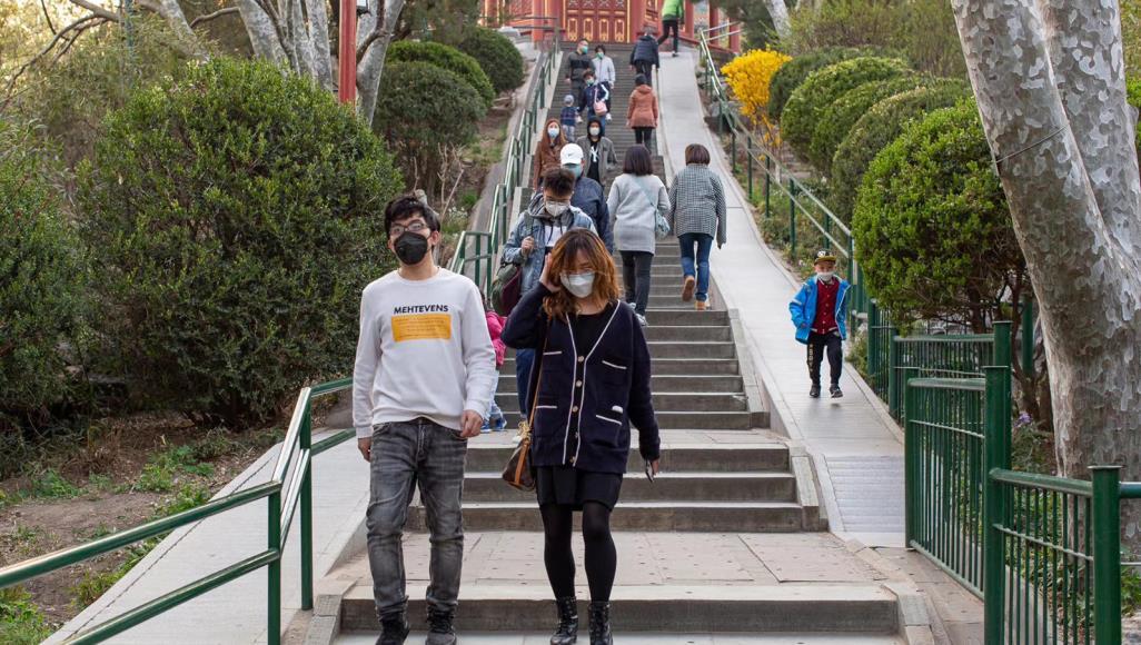 """عدد من الزوار في حديقة """"جينغشان"""" وسط العاصمة بكين (الجزيرة)"""