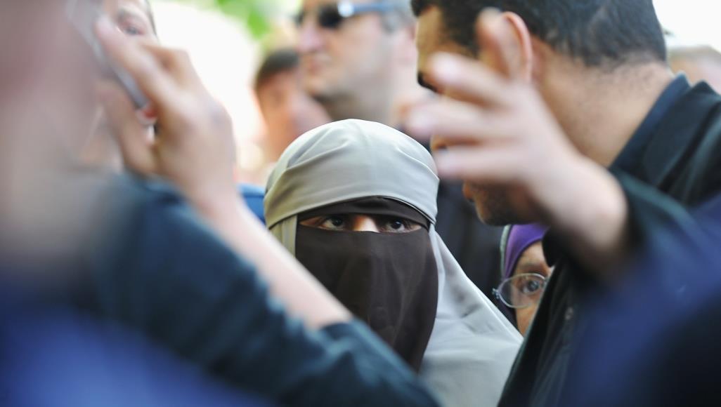 عدد من الدول الأوروبية كانت أصدرت قرارات بمنع ارتداء النقاب في الأماكن العامة (غيتي)