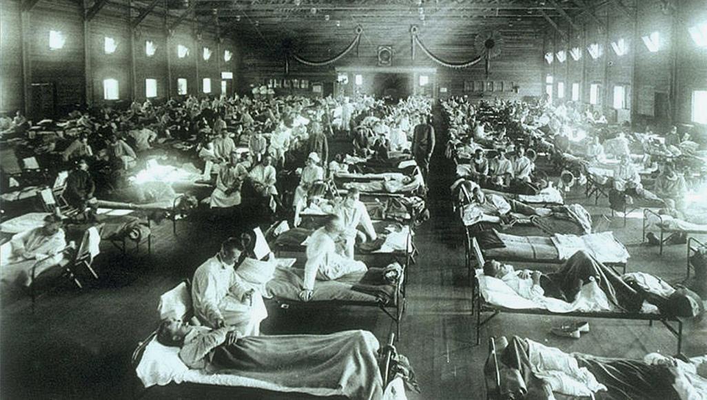 مستشفى طوارئ عسكري في ولاية كنساس الأميركية أثناء انتشار وباء الإنفلونزا الإسبانية (مواقع التواصل)