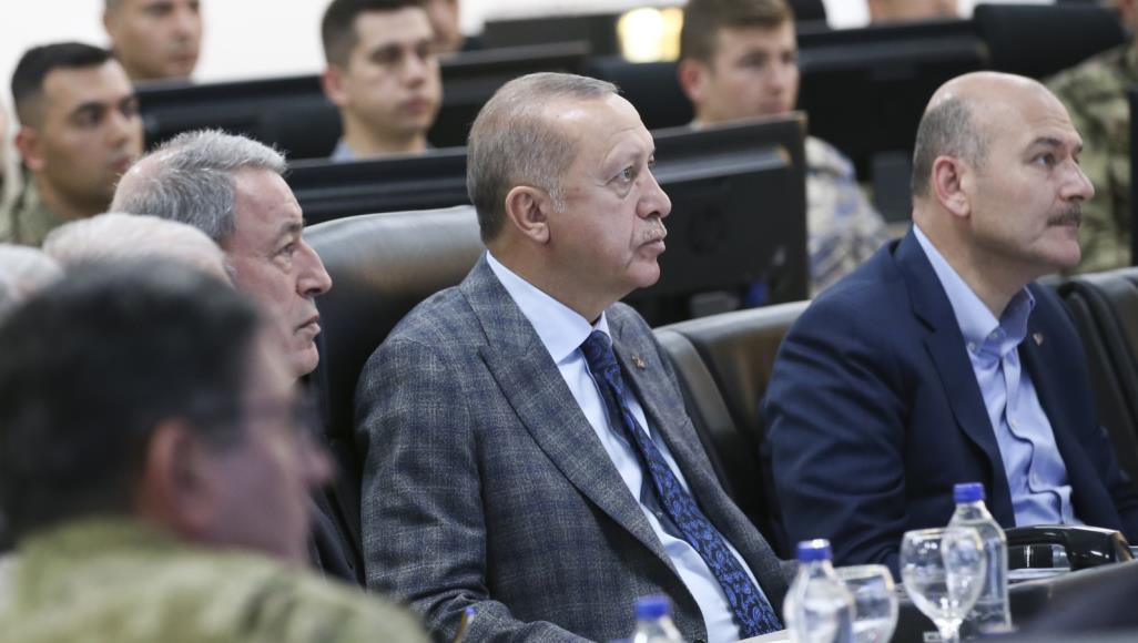 وزير الداخلية سليمان صويلو (يمين) في اجتماع بقيادة الرئيس أردوغان (الأناضول-أرشيف)