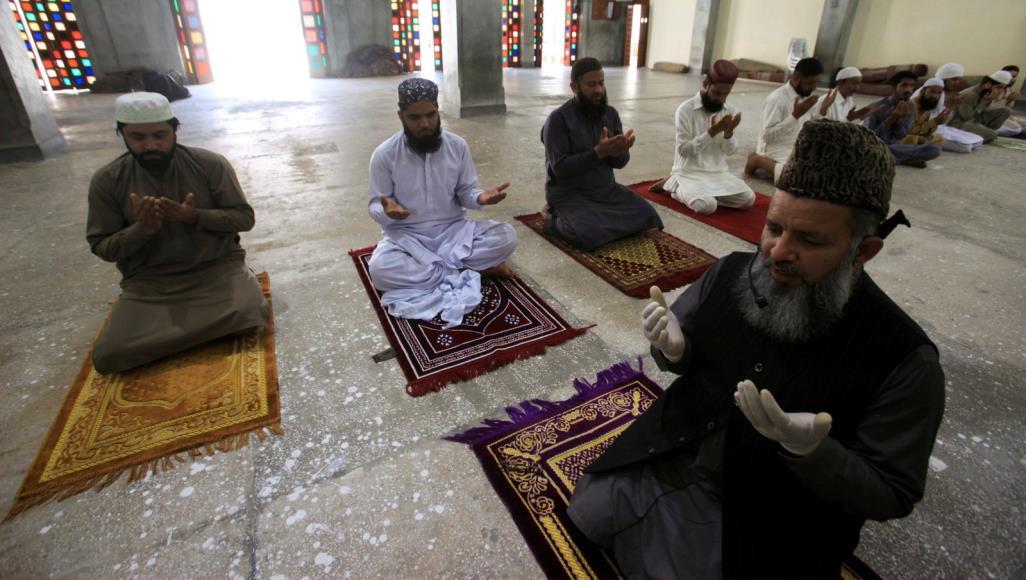 كثير من مسلمي باكستان فضلوا الحفاظ على صلاة الجماعة مع ترك مسافة أمان في ظل انتشار كورونا (رويترز)