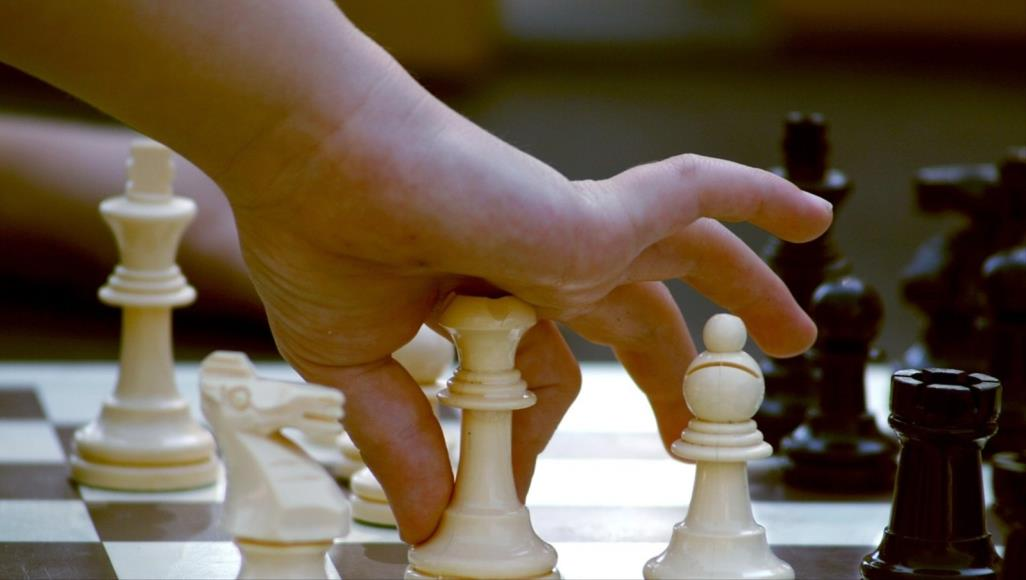 لعب الشطرنج مع الأصدقاء عبر الإنترنت سرعان ما تطور إلى مسابقات وبطولات تستمر لمدة أسبوع (مواقع التواصل)