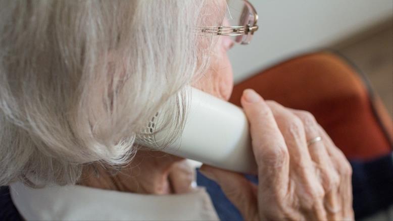 لا تقلل من قيمة المكالمة الهاتفية البسيطة لتقديم الدعم الاجتماعي المطلوب لكبار السن (بيكساباي)