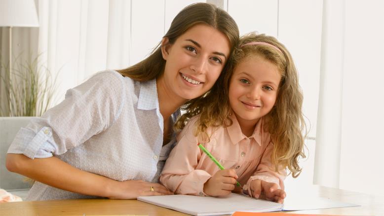على الأهل تدريس أطفالهم المنقطعين عن المدرسة بسبب انتشار الفيروس(غيتي)