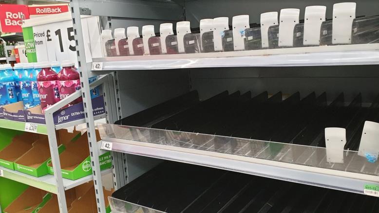 أدى التضخم في المبيعات ونفاد المتاجر من المنتجات إلى ارتفاع أسعار بعض السلع (الجزيرة)