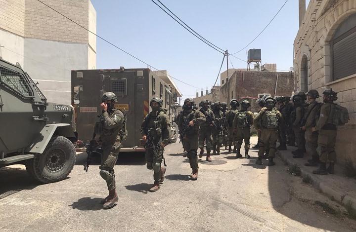 """صورة الاحتلال يواصل حصار """"عقربا"""" ويداهم المنازل ويقتحم مسجدا"""