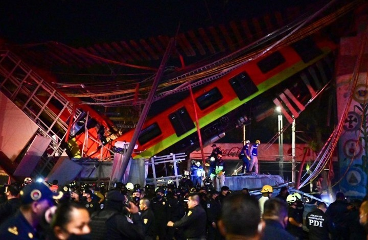 صورة 20 قتيلا بانهيار جسر معلّق لحظة مرور قطار فوقه بالمكسيك